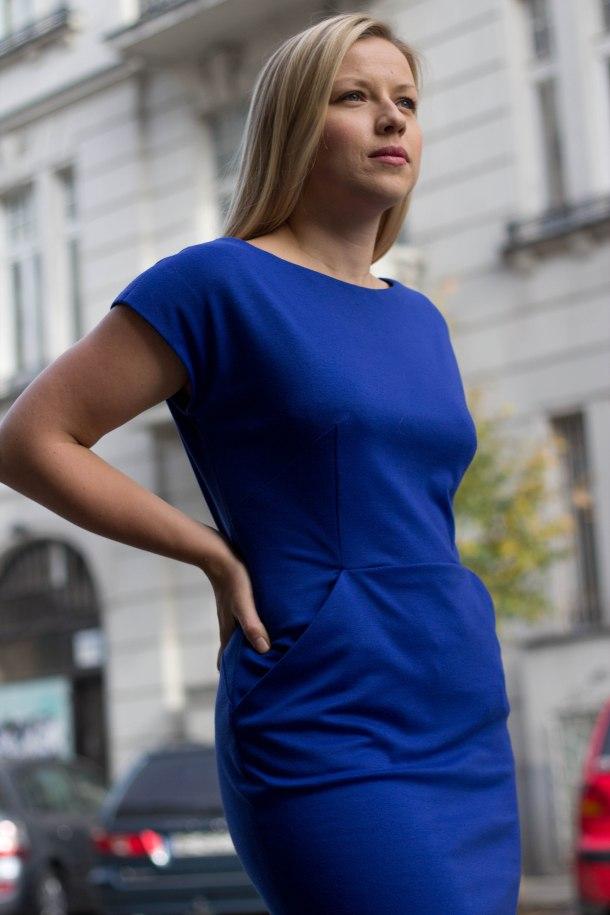 niebieska sukienka. przód