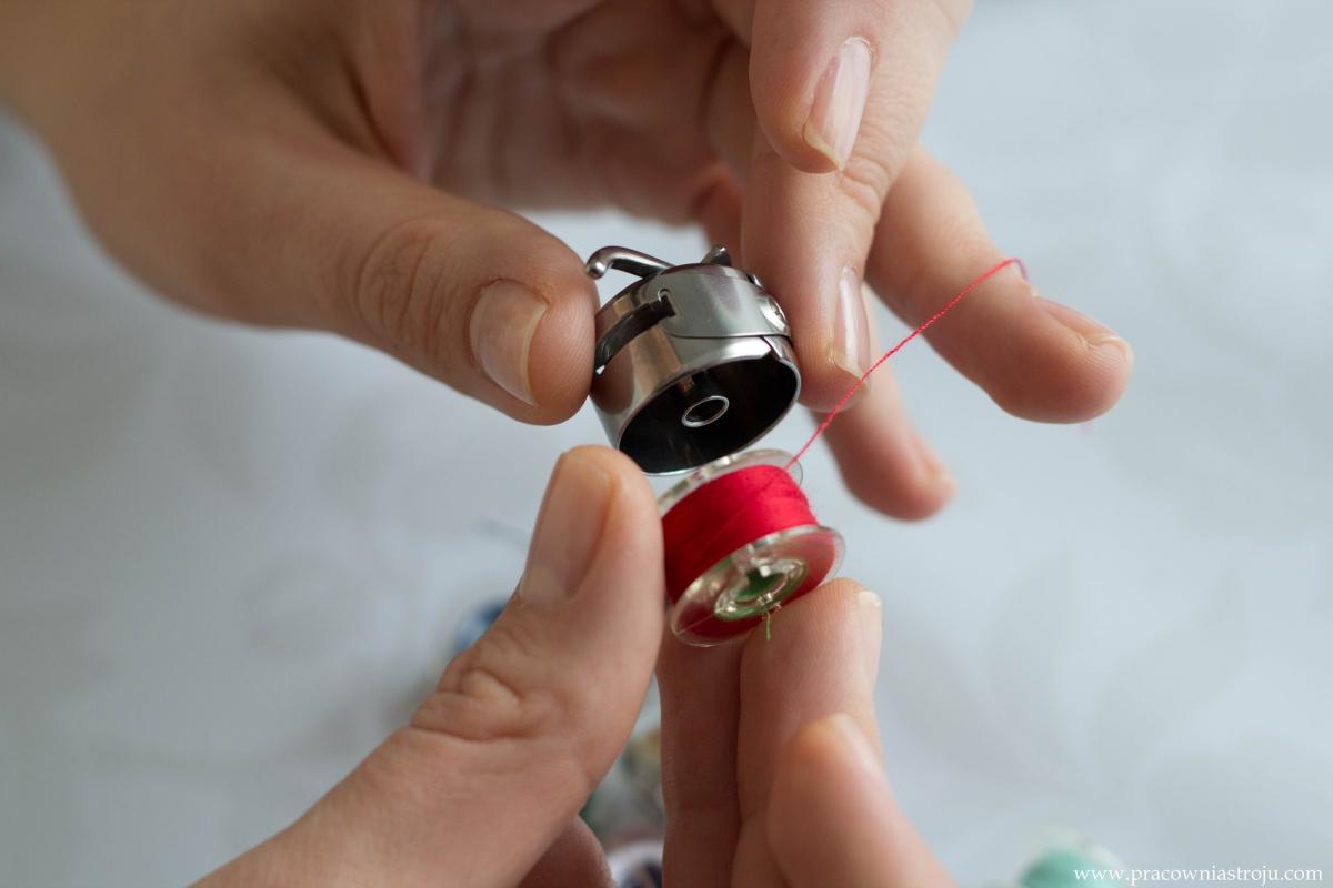 Nawijanie nici na szpulkę w bębenku